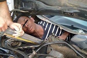 Suýt ngạt chết vì nằm dưới nắp ca-pô ô tô để nhập cảnh trái phép
