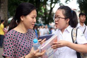 Thi vào 10 Hà Nội: Phụ huynh bỏ việc cùng con giành vé vào trường công lập