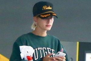 Vợ Justin Bieber gây chú ý khi đội mũ in tên chồng đi tập gym