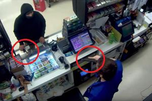 Clip: Cầm rìu đi cướp, bị nhân viên chĩa súng phản đòn phải chạy trối chết