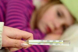 Nếu con bị ho, sốt, cha mẹ hãy chú ý những dấu hiệu của căn bệnh nghiêm trọng này