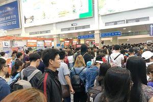 Mới vào hè sân bay Tân Sơn Nhất đã đông nghẹt