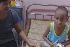 Bé trai mắc bệnh lạ khiến não tụt xuống mũi ở Gia Lai