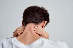 Coi chừng bị đột quỵ vì thói quen bẻ cổ