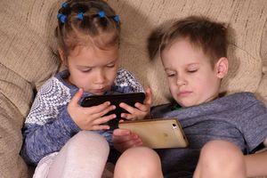 'Đại dịch' trẻ em mê điện thoại