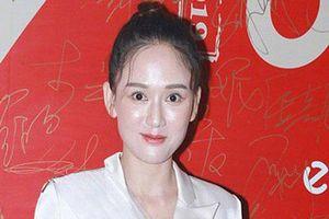 Phát hoảng với hình ảnh Trần Kiều Ân mặt tròn xoe, make up vừa trắng bệch vừa bóng nhẫy trong sự kiện mới