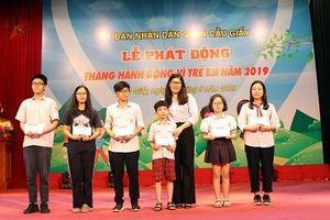Hà Nội: Tặng quà cho trẻ em có hoàn cảnh khó khăn
