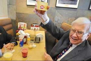 Bữa trưa cùng tỷ phú Warren Buffett đạt giá kỷ lục 3,5 triệu USD
