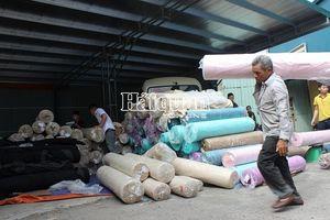 Phát hiện số lượng lớn vải nguyên liệu 'đội lốt' hàng phế phẩm