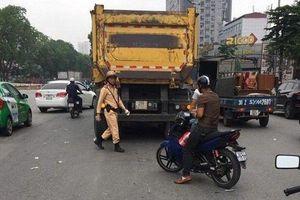 Hà Nội: Tài xế xe ôm bị xe ben cán tử vong khi sang đường