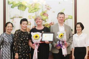 Trao Kỷ niệm chương Vì sự phát triển của phụ nữ Việt Nam cho bà Ines Teumer