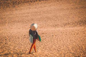Cho thuê ván trượt ở đồi cát: Nghề mưu sinh cực nhọc ở miền nắng lửa