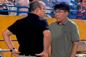 Thầy Park bàn chuyện riêng với đồng hương trên sân Hàng Đẫy