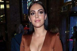 Bạn gái Ronaldo diện váy xẻ ngực, lộ mặt bóng nhẫy tại tiệc thời trang