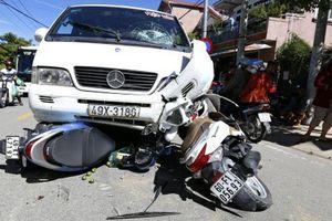 Ô tô tông liên hoàn 3 xe máy, 3 người nhập viện cấp cứu