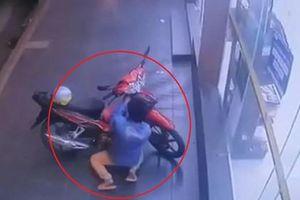 Trộm bẻ khóa, lấy xe máy trong 'một nốt nhạc' ở Sài Gòn