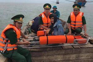 Cứu ngư dân bị gãy tay, đứt lỗ tai trên biển Cồn Cỏ