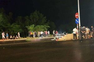 Đôi nam nữ tông xe vào dải phân cách giữa đường tử vong