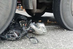 Xe máy bị xe tải cuốn vào gầm, 2 mẹ con tử vong thương tâm