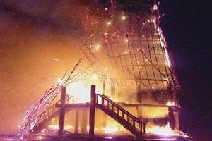 Nhà rông truyền thống bị sét đánh cháy