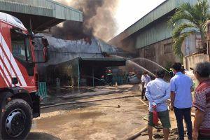 Công ty gỗ rộng hàng ngàn m2 ở Bình Dương bốc cháy dữ dội