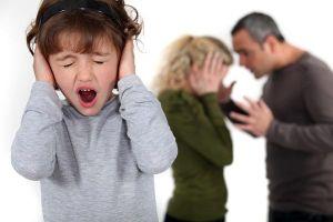 Ảnh hưởng bạo lực gia đình, trẻ có thể bị tiểu dầm, nói lắp