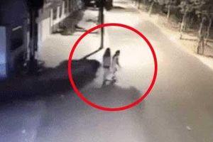 Clip: Cô gái bị ô tô đâm kinh hoàng vì chạy theo bạn sang đường mà không quan sát
