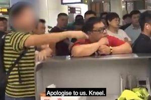 Clip: Chuyến bay bị hoãn, nhóm khách Trung Quốc ép nhân viên sân bay quỳ xin lỗi