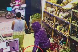 Người phụ nữ trộm điện thoại đắt tiền ngay trong cửa hàng ở Hà Nội