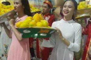 Sôi động 'bữa tiệc' carnaval đường phố dưới mưa ở Yên Châu