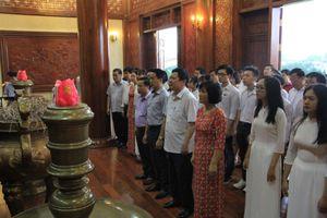 Dâng hương tưởng niệm, báo công với Chủ tịch Hồ Chí Minh
