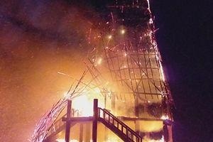 Sét đánh làm cháy rụi nhà rông