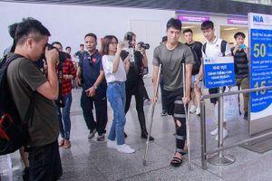Đình Trọng chống nạng ra sân bay tiễn tuyển Việt Nam dự King's Cup