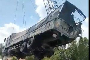 Đang cẩu xe tải trong vụ sập cầu ở Đồng Tháp, cần cẩu gãy đôi
