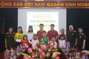 Bệnh viện Quân y 4 tặng quà Quốc tế Thiếu nhi cho các em nhỏ bị bệnh hiểm nghèo