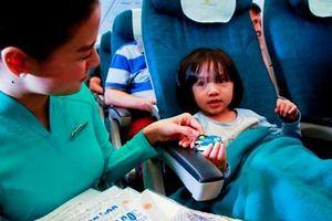 Vietnam Airlines tặng quà cho trẻ em trên 17 đường bay nội địa