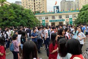 Trên 85.000 thí sinh Hà Nội tới trường làm thủ tục dự thi vào lớp 10 THPT