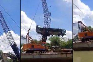 Cần cẩu bị gãy đôi khi đang trục vớt xe tải bị rơi xuống sông trong vụ sập cầu Tân Nghĩa