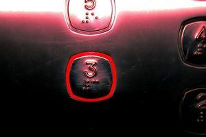 Người phụ nữ tử vong bất thường khi đi thang máy
