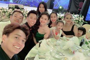 Trấn Thành, Lan Ngọc và Lê Giang vừa hát, vừa 'quẩy' trong đám cưới đạo diễn Nhất Trung