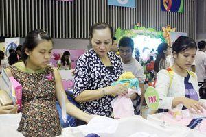 TPHCM: Mẹ bầu, mẹ bỉm sữa chen chân mua sản phẩm an toàn cho bé