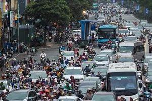 Trạm xe buýt như 'ốc đảo' giữa lòng đường thủ đô Hà Nội