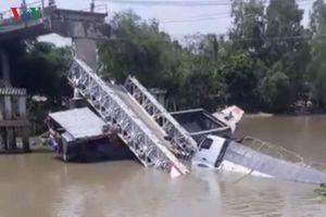 Cần cẩu gãy đôi khi cứu xe tải bị rơi xuống kênh trong vụ sập cầu BOT