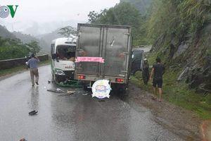 Xe buýt đâm xe tải khi vào cua do đường trơn trượt