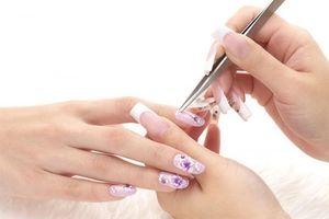 Làm móng tay ở cửa hàng, cô gái bị nhiễm trùng nặng, suýt phải cắt cả ngón tay