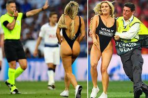 Người mẫu khiêu dâm lao xuống sân làm loạn trận chung kết C1