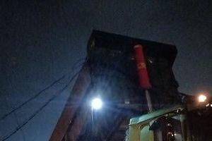 Xe ben tải đổ bùn thải gây mất điện diện rộng
