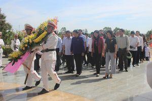 Phó Chủ tịch Thường trực Quốc hội Tòng Thị Phóng dâng hương Nghĩa trang Liệt sĩ tỉnh Quảng Nam