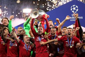 Khoảnh khắc Liverpool nâng cao cúp vô địch Champions League sau 14 năm