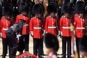 Lính Anh ngất vì trời nóng khi tập diễu hành mừng sinh nhật Nữ hoàng